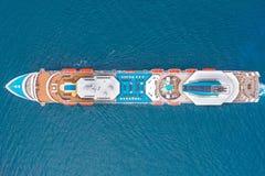 Vista aérea superior de um forro de passageiro do cruzeiro no mar foto de stock royalty free