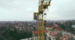 Vista aérea: Tiro cinemático do guindaste de construção filme