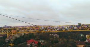 Vista aérea: Tiro cinemático do guindaste de construção vídeos de arquivo