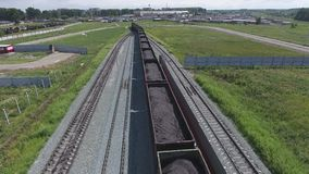A vista aérea UHD 4K do trem de mercadorias com vagões e a posição treinam com carvão filme