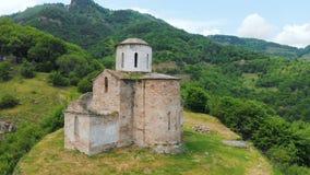 Vista aérea uma igreja cristã parcialmente destruída antiga do ANÚNCIO do século X nas montanhas caucasianos do vídeos de arquivo