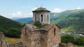 Vista aérea uma igreja cristã parcialmente destruída antiga do ANÚNCIO do século X nas montanhas caucasianos do video estoque