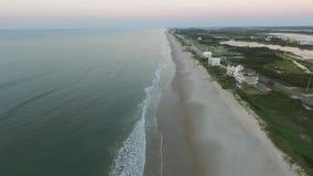 Vista aérea/vídeo de la impulsión de la isla, el camino entre el canal costero inter y la playa y el océano metrajes