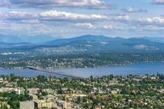 Vista aérea y remota de Seattle Leschi con el puente de encaje de V Murrow sobre el lago Washington y el sedero Island y Bellevue foto de archivo libre de regalías