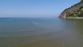 Vista aérea, zorra dentro do mar calmo, azul video estoque