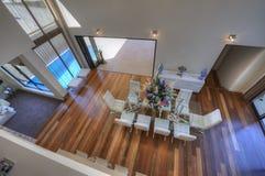 Vista abaixo da cozinha Open-Plan moderna luxuoso Fotografia de Stock Royalty Free