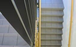Vista abaixo da escadaria interna de uma construção nova foto de stock royalty free