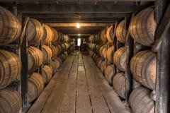 Vista abaixo da passagem no armazém do envelhecimento de Bourbon imagens de stock royalty free