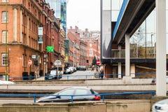Vista abaixo da rua da igreja de baixo do passeio de Queensway Foto de Stock