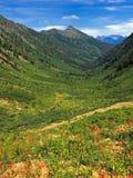 Vista abaixo do vale da montanha Imagens de Stock