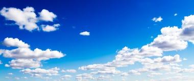 Vista abstracta de nubes surrealistas en cielo azul vivo Foto de archivo