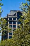 Vista abstracta de un edificio de oficinas y de árboles imagen de archivo libre de regalías
