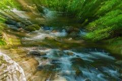 Vista abstracta de una corriente salvaje de la montaña foto de archivo libre de regalías