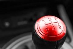 Vista abstracta de una palanca de engranaje, caja de cambios manual, detalles del interior del coche Blanco y negro, rojo Imagen de archivo