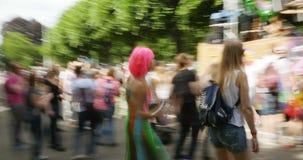 Vista abstracta del baile del desfile gay almacen de metraje de vídeo