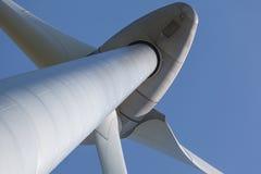 Vista abstrata da turbina eólica produzindo a energia alternativa Imagem de Stock Royalty Free