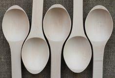 Vista abstrata de cinco colheres de madeira Imagens de Stock