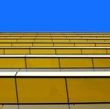 Vista abstrata de um edifício amarelo de encontro a um summe Fotografia de Stock