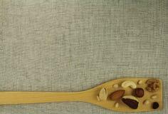 Vista abstrata de uma pá de madeira com porcas misturadas Fotografia de Stock