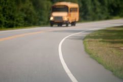 Vista abstrata obscura do ônibus escolar que conduz na estrada Fotos de Stock