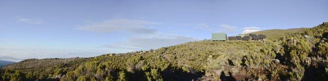 Vista a acampar Horombo e pico Kilimanjaro fotografia de stock
