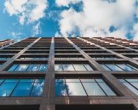 Vista acima ao céu e às reflexões nas janelas fotos de stock royalty free