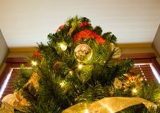 Vista acima ao pico da árvore de Natal foto de stock royalty free