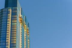 Vista acima em arranha-céus e em céus Fotografia de Stock Royalty Free
