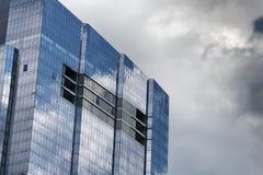 Vista acima em arranha-céus e em céus Foto de Stock