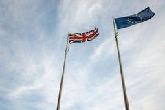 Vista acima em bandeiras do Reino Unido e da UE nas nuvens Fotos de Stock Royalty Free