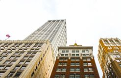 Vista acima em construções ornamentado do art deco com um voo da bandeira americana em um Imagens de Stock
