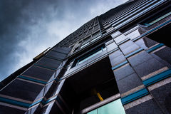 Vista acima em uma construção moderna sob um céu nebuloso em Philadelph imagem de stock