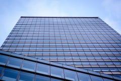 Vista acima em uma torre do negócio Fotos de Stock
