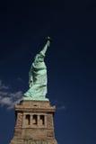 Vista acima na estátua da liberdade fotos de stock royalty free