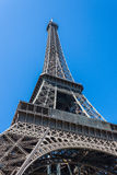 Vista acima na torre Eiffel Fotografia de Stock Royalty Free