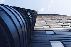 Vista acima no arranha-céus moderno imagens de stock