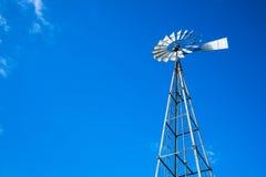 Vista acima no moinho de vento de bombeamento da água alta do metal Foto de Stock Royalty Free
