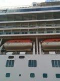 Vista acima no navio de cruzeiros com canoas de salvação Foto de Stock Royalty Free