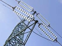 Vista ad alta tensione verde dei piloni da sopra Fotografie Stock Libere da Diritti