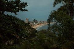 Vista ad alto livello alla notte sulla spiaggia di Ipanema Fotografia Stock Libera da Diritti