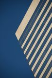 Vista ad angolo del grattacielo contro cielo blu Immagini Stock Libere da Diritti