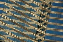 Vista ad angolo del primo piano delle riflessioni del grattacielo Fotografie Stock Libere da Diritti