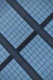 Vista ad angolo della facciata di vetro blu della costruzione Fotografia Stock