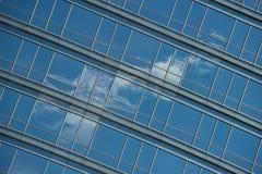 Vista ad angolo della nuvola riflessa in finestre Fotografie Stock
