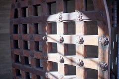 Vista ad angolo della porta modellata di saracinesca del metallo fotografie stock libere da diritti