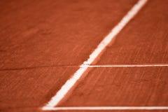 Vista ad angolo delle linee su un campo da tennis dell'argilla Fotografia Stock