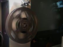 Vista ad angolo di una bobina di film di filatura in una stanza scura che progetto a fotografia stock libera da diritti