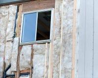 Vista ad angolo di una finestra in costruzione, destra vuota dello spazio con la struttura fotografia stock libera da diritti
