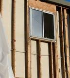 Vista ad angolo verticale di una finestra in costruzione con la struttura Immagine Stock