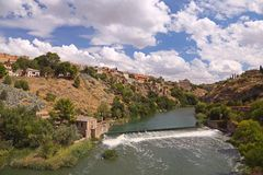Vista ad un fiume e ad una città Fotografia Stock Libera da Diritti